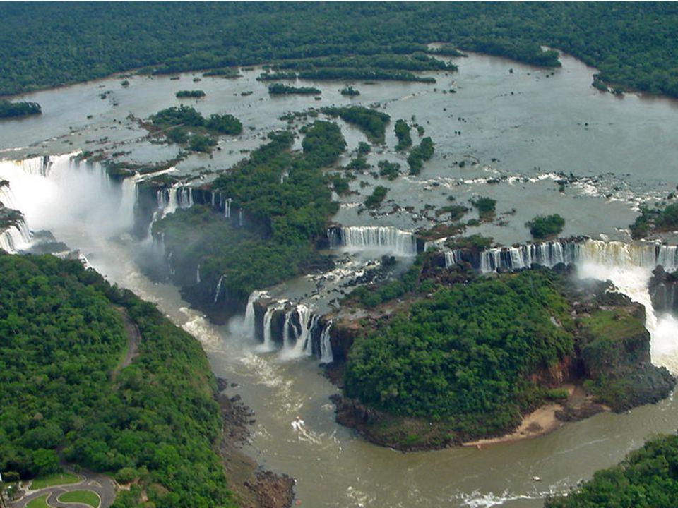 Wodospady Iguazú Podzielone koryto rzeki tworzy tu wspaniały wachlarz 275 wodospadów.
