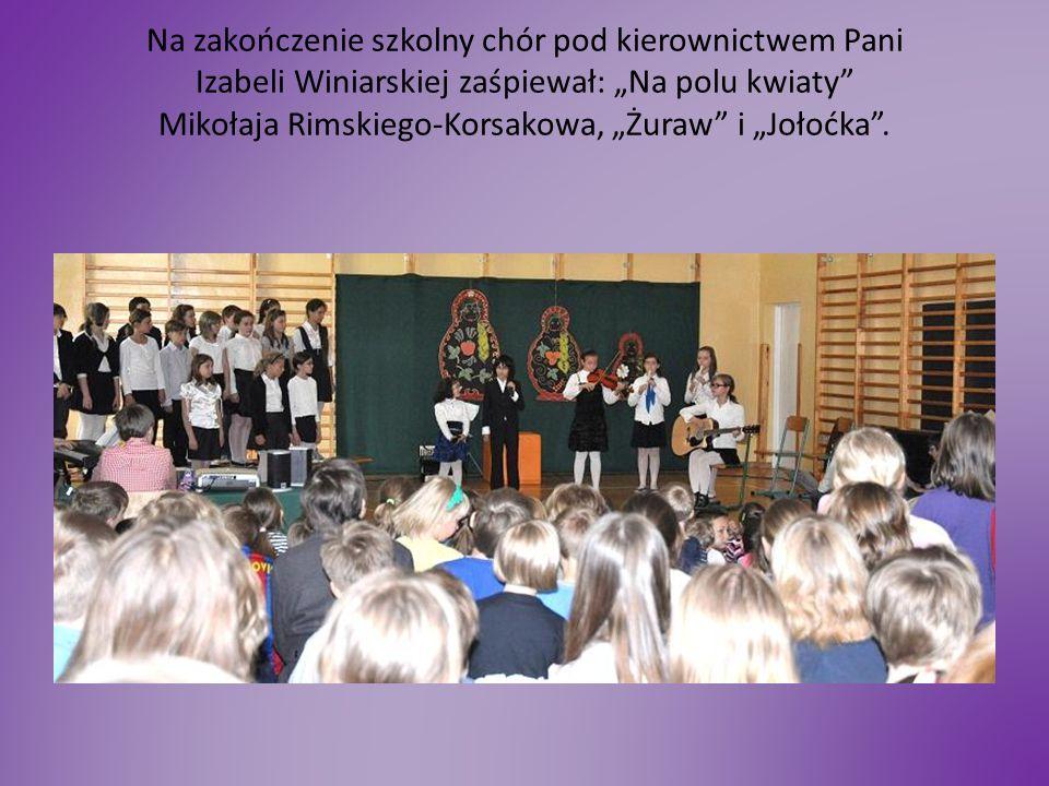 """Na zakończenie szkolny chór pod kierownictwem Pani Izabeli Winiarskiej zaśpiewał: """"Na polu kwiaty"""" Mikołaja Rimskiego-Korsakowa, """"Żuraw"""" i """"Jołoćka""""."""