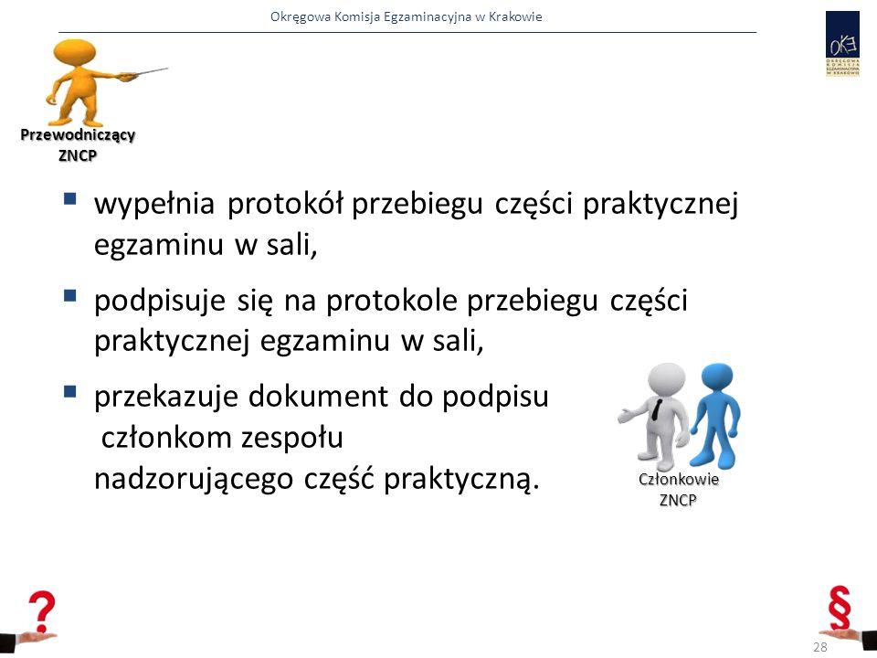 Okręgowa Komisja Egzaminacyjna w Krakowie  wypełnia protokół przebiegu części praktycznej egzaminu w sali,  podpisuje się na protokole przebiegu czę