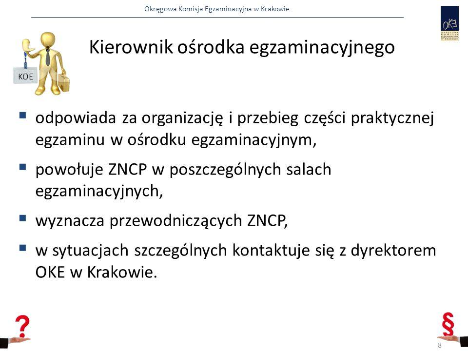 Okręgowa Komisja Egzaminacyjna w Krakowie  pakuje do koperty papierowej dokumentację z przebiegu egzaminu:  listę obecności,  protokół przebiegu egzaminu w sali i ewentualnie  decyzję o przerwaniu wraz z arkuszem egzaminacyjnym i kartą oceny zdającego  oświadczenie zdającego rezygnacji z egzaminu wraz z arkuszem egzaminacyjnym i kartą oceny zdającego.