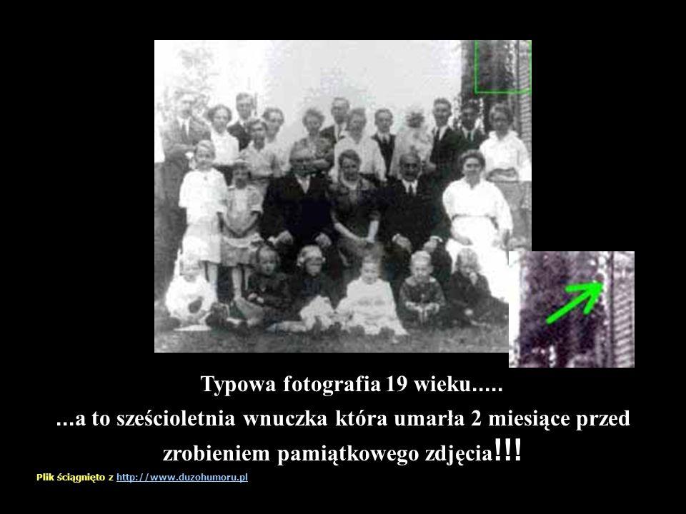 Wygląda na zwykłe rodzinne foto... Ale kim jest ta osoba ? Plik ściągnięto z http://www.duzohumoru.plhttp://www.duzohumoru.pl