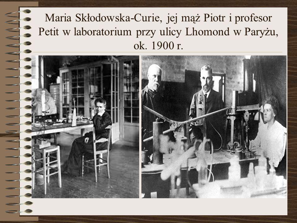 Maria Skłodowska-Curie, jej mąż Piotr i profesor Petit w laboratorium przy ulicy Lhomond w Paryżu, ok. 1900 r.