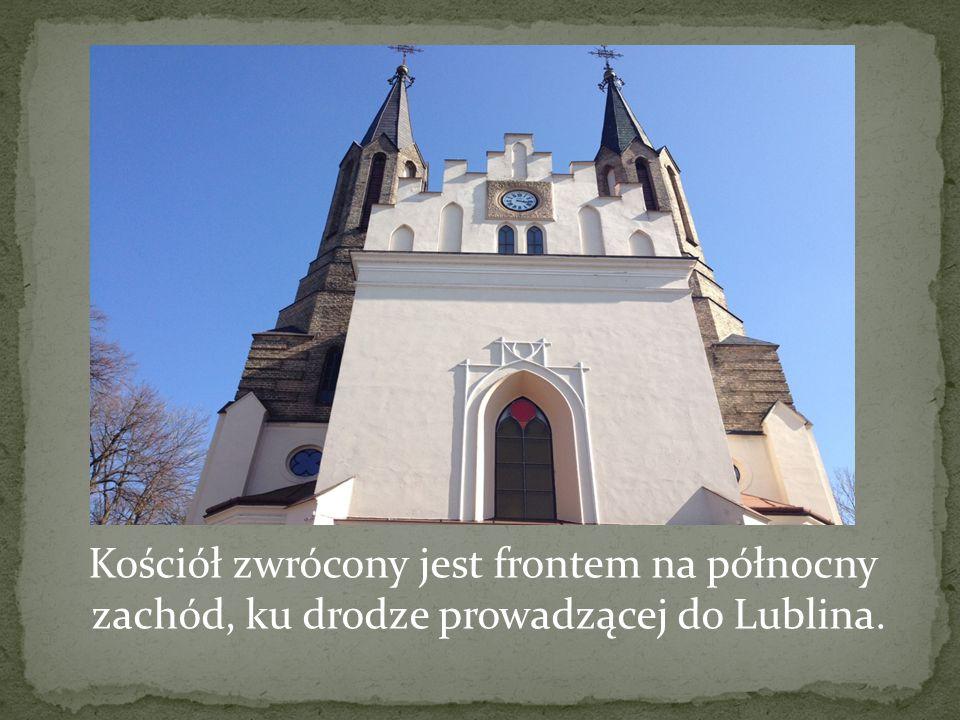 Kościół zwrócony jest frontem na północny zachód, ku drodze prowadzącej do Lublina.