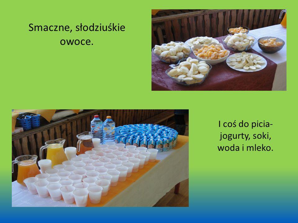 Smaczne, słodziuśkie owoce. I coś do picia- jogurty, soki, woda i mleko.