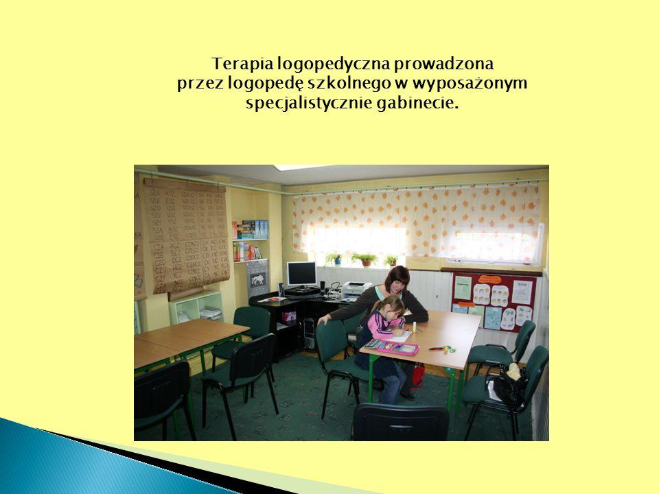 Terapia logopedyczna prowadzona przez logopedę szkolnego w wyposażonym specjalistycznie gabinecie.