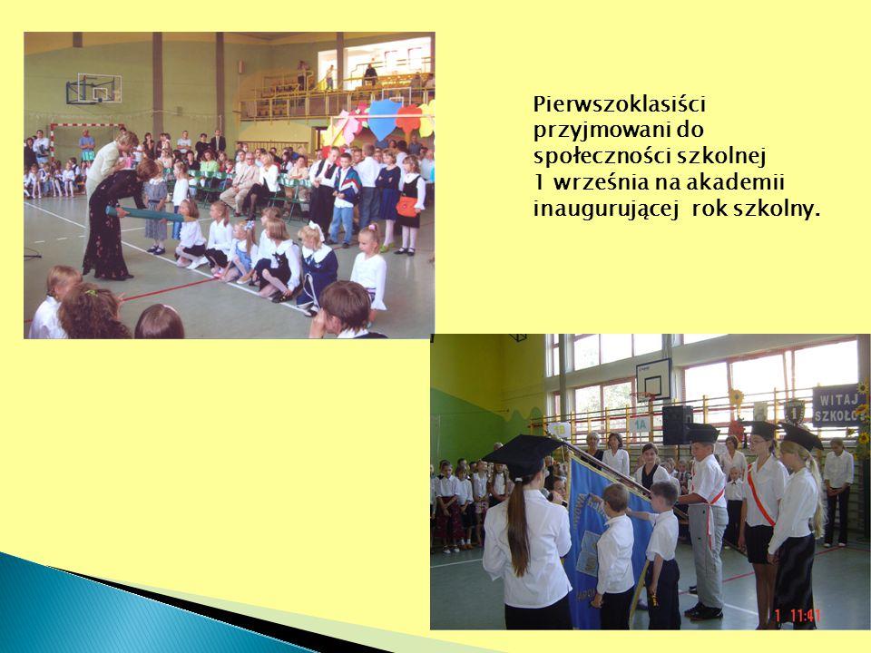 Pierwszoklasiści przyjmowani do społeczności szkolnej 1 września na akademii inaugurującej rok szkolny.