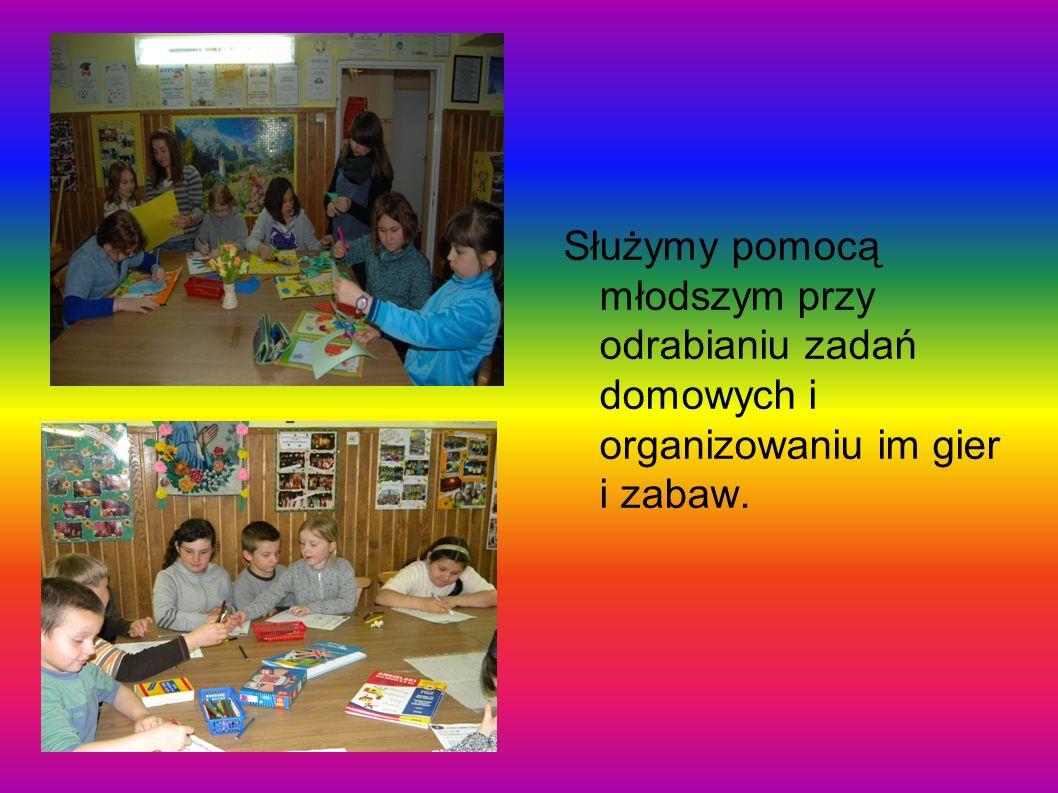 Służymy pomocą młodszym przy odrabianiu zadań domowych i organizowaniu im gier i zabaw.