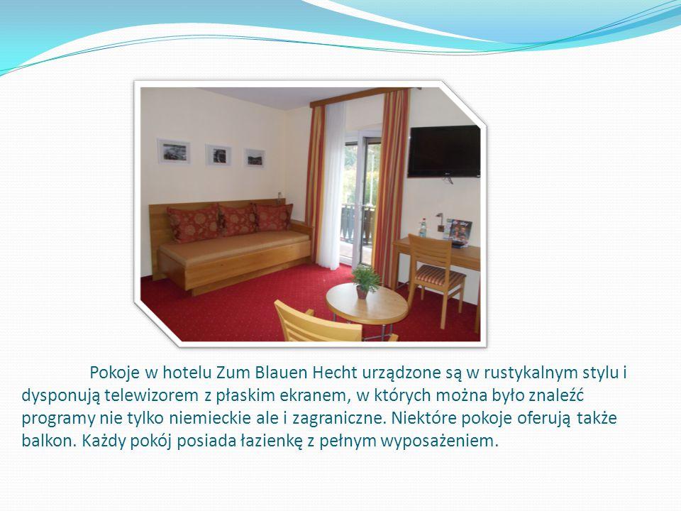 Pokoje w hotelu Zum Blauen Hecht urządzone są w rustykalnym stylu i dysponują telewizorem z płaskim ekranem, w których można było znaleźć programy nie tylko niemieckie ale i zagraniczne.
