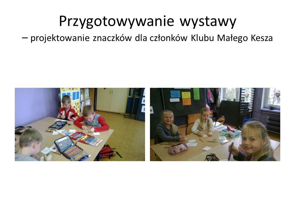Przygotowywanie wystawy – projektowanie znaczków dla członków Klubu Małego Kesza