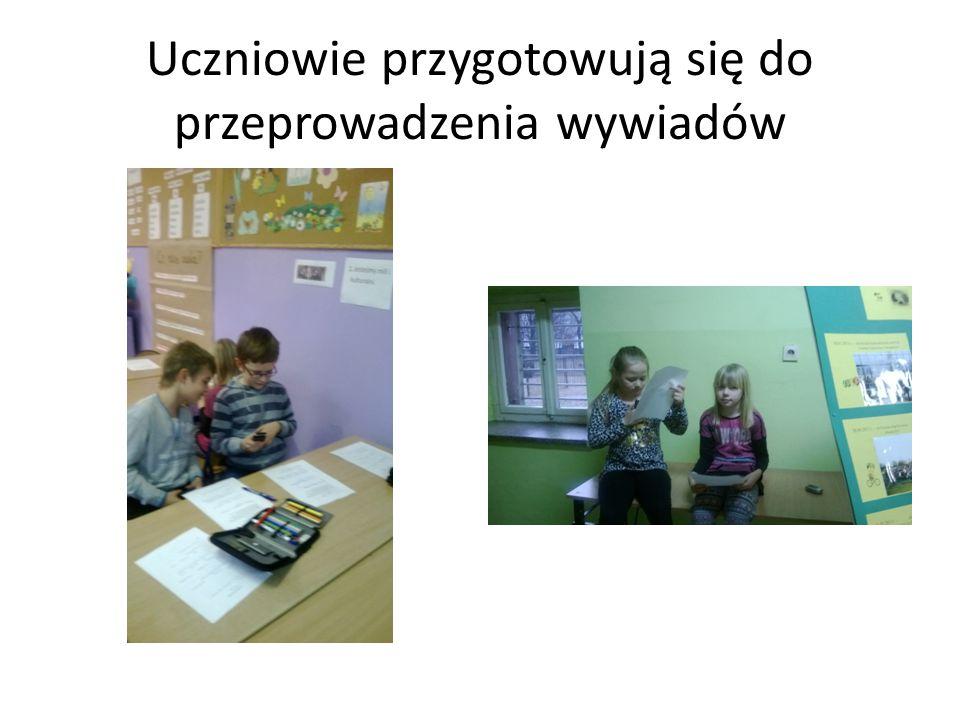 Uczniowie przygotowują się do przeprowadzenia wywiadów