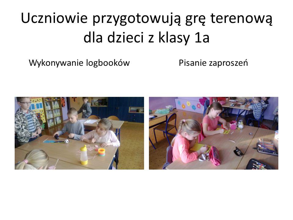 Uczniowie przygotowują grę terenową dla dzieci z klasy 1a Wykonywanie logbookówPisanie zaproszeń