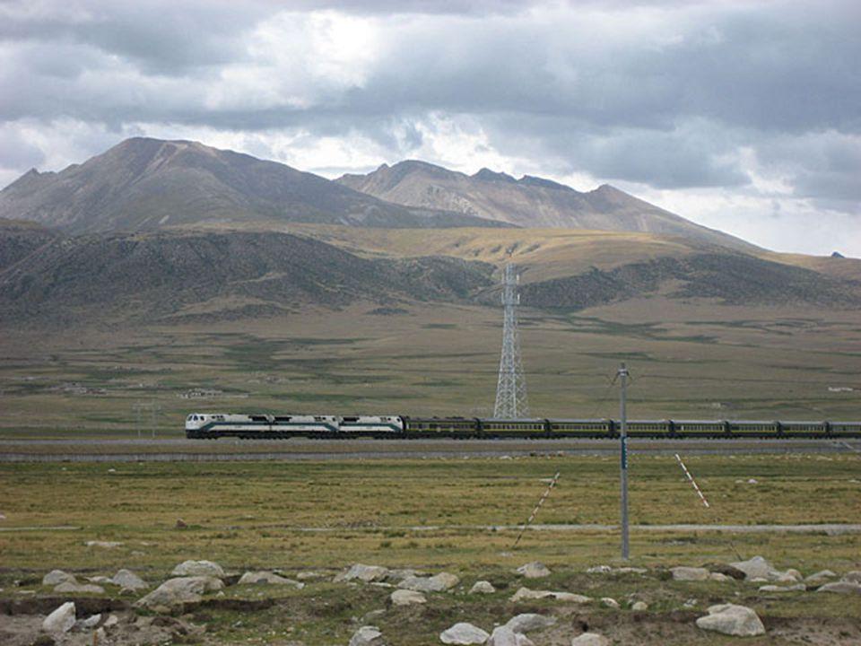 Łącząca chińskie miasto Xining z tybetańską Lhassą linia kolejowa mimo swego młodego wieku (ostatni odcinek z Golmund do Lhassy oddano w 2006 r.