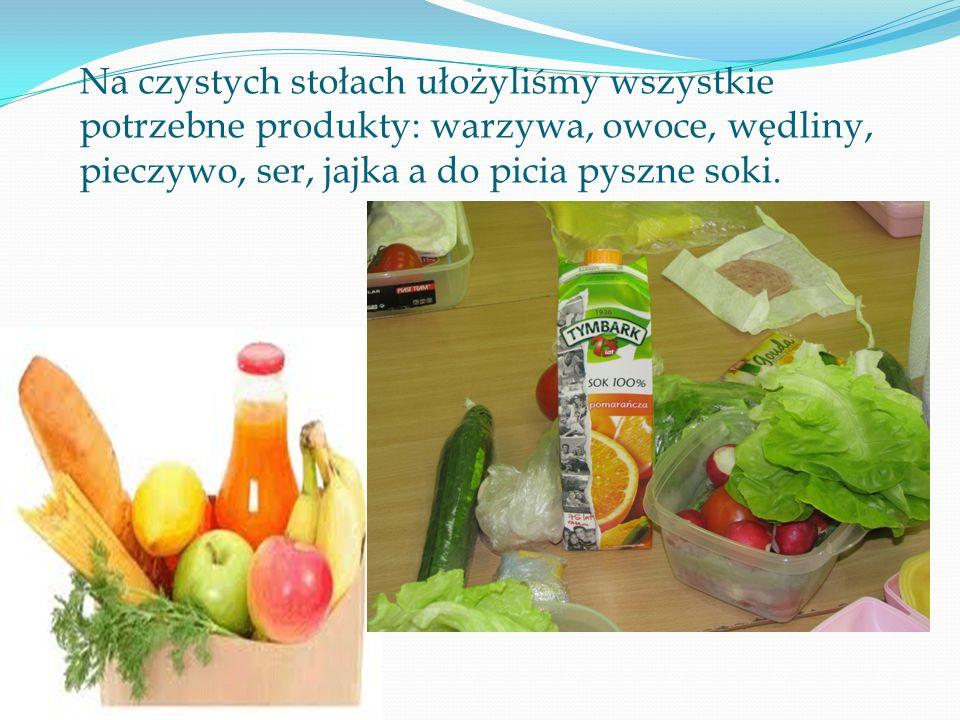 Na czystych stołach ułożyliśmy wszystkie potrzebne produkty: warzywa, owoce, wędliny, pieczywo, ser, jajka a do picia pyszne soki.