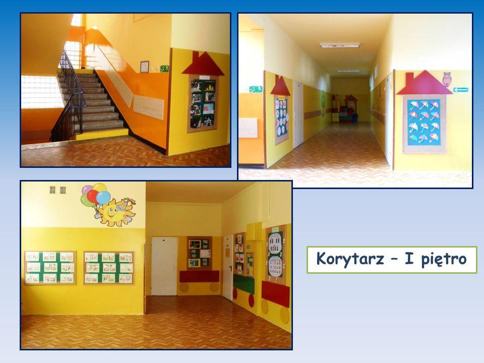Nasze klasy tutaj uczą się i bawią uczniowie klas 1 - 3 Sale lekcyjne uczniów klas młodszych składają się z dwóch części: edukacyjnej oraz rekreacyjnej wyposażonej w dywan, zabawki oraz takie pomoce dydaktyczne, które umożliwiają dzieciom poprzez zabawę zdobywanie wiedzy oraz rozwój umiejętności.