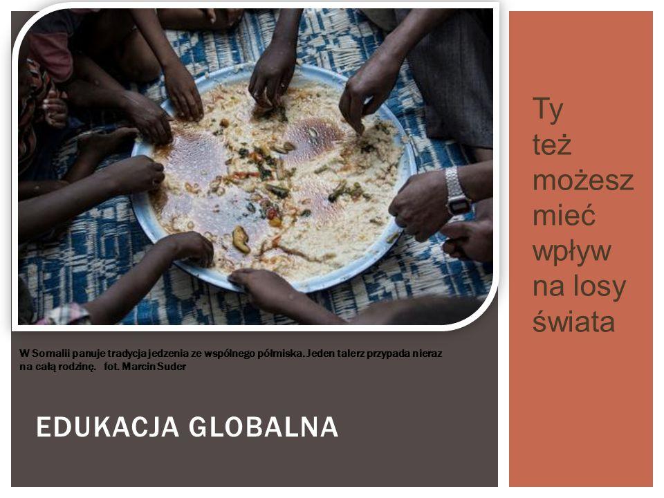EDUKACJA GLOBALNA W Somalii panuje tradycja jedzenia ze wspólnego półmiska. Jeden talerz przypada nieraz na całą rodzinę. fot. Marcin Suder Ty też moż