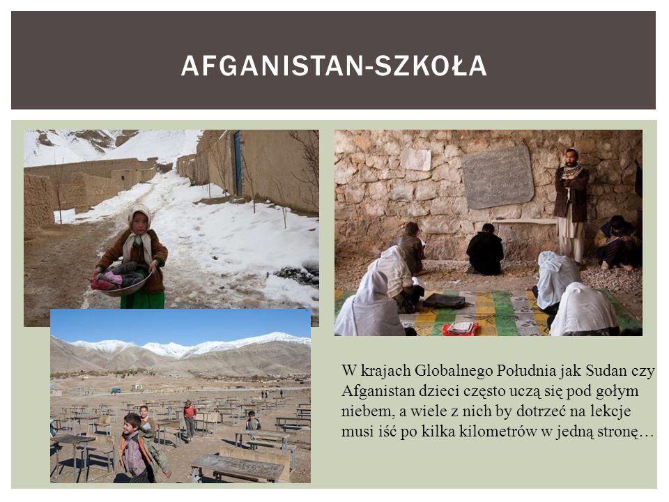 AFGANISTAN-SZKOŁA W krajach Globalnego Południa jak Sudan czy Afganistan dzieci często uczą się pod gołym niebem, a wiele z nich by dotrzeć na lekcje