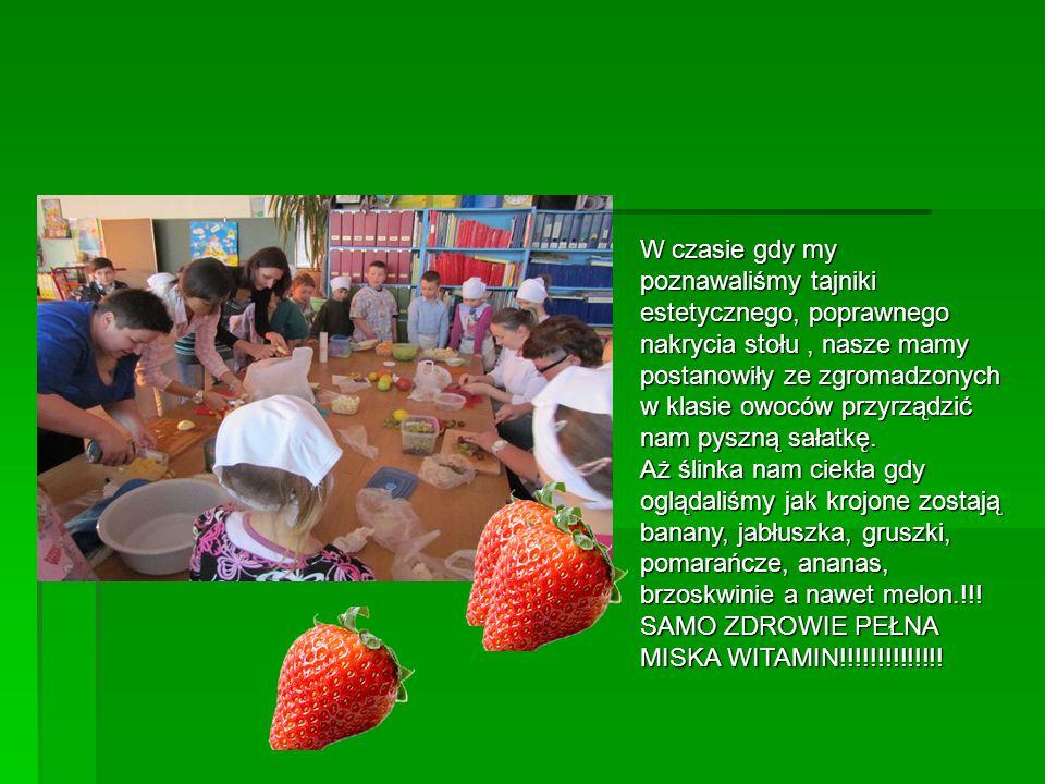 W czasie gdy my poznawaliśmy tajniki estetycznego, poprawnego nakrycia stołu, nasze mamy postanowiły ze zgromadzonych w klasie owoców przyrządzić nam pyszną sałatkę.