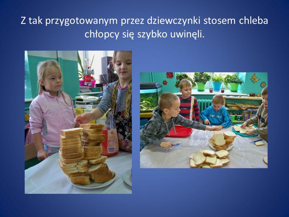 Z tak przygotowanym przez dziewczynki stosem chleba chłopcy się szybko uwinęli.