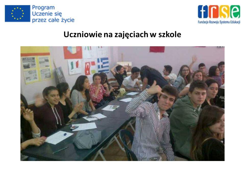 Uczniowie na zajęciach w szkole