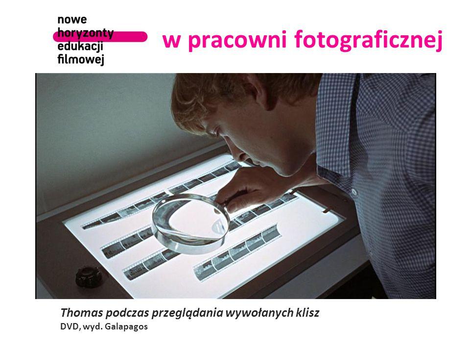 w pracowni fotograficznej Thomas podczas przeglądania wywołanych klisz DVD, wyd. Galapagos