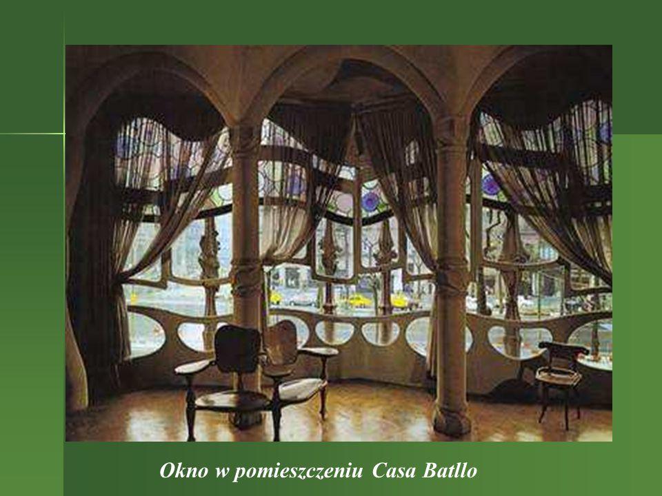 Elementy dachowe Fragmenty fasady W nocy Casa Batllo wygląda jak drzemiący smok