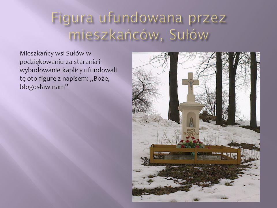 """Mieszkańcy wsi Sułów w podziękowaniu za starania i wybudowanie kaplicy ufundowali tę oto figurę z napisem: """"Boże, błogosław nam"""""""