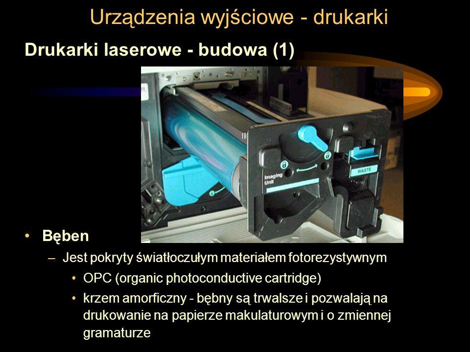Urządzenia wyjściowe - drukarki Drukarki laserowe - budowa (1) Bęben –Jest pokryty światłoczułym materiałem fotorezystywnym OPC (organic photoconductive cartridge) krzem amorficzny - bębny są trwalsze i pozwalają na drukowanie na papierze makulaturowym i o zmiennej gramaturze