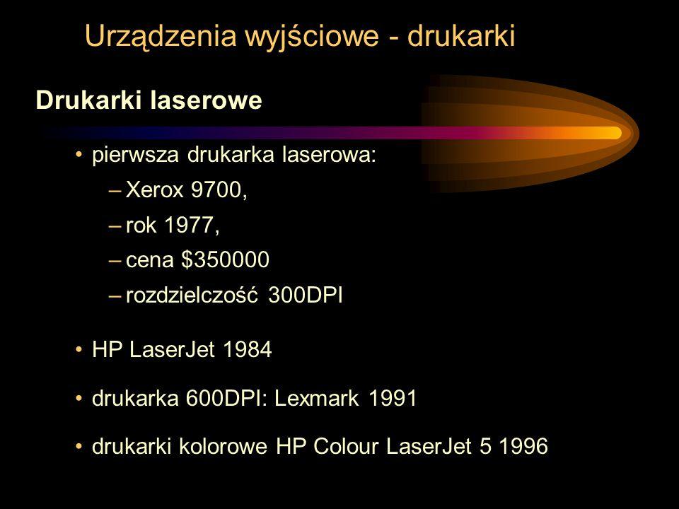 Urządzenia wyjściowe - drukarki Drukarki laserowe pierwsza drukarka laserowa: –Xerox 9700, –rok 1977, –cena $350000 –rozdzielczość 300DPI HP LaserJet 1984 drukarka 600DPI: Lexmark 1991 drukarki kolorowe HP Colour LaserJet 5 1996