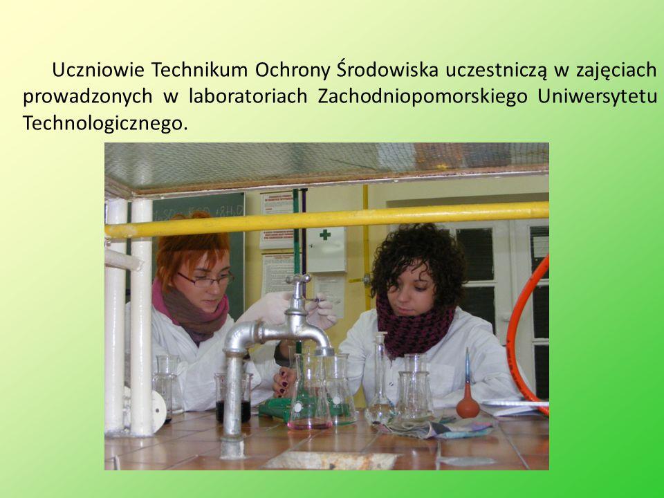 Uczniowie Technikum Ochrony Środowiska uczestniczą w zajęciach prowadzonych w laboratoriach Zachodniopomorskiego Uniwersytetu Technologicznego.