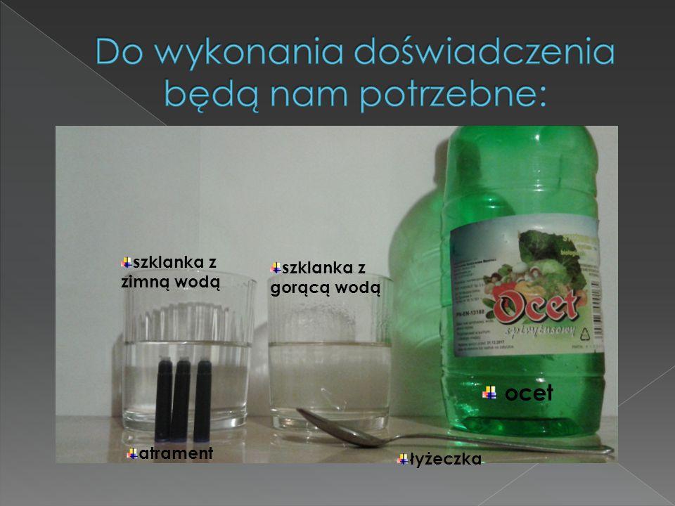 szklanka z zimną wodą szklanka z gorącą wodą ocet atrament łyżeczka
