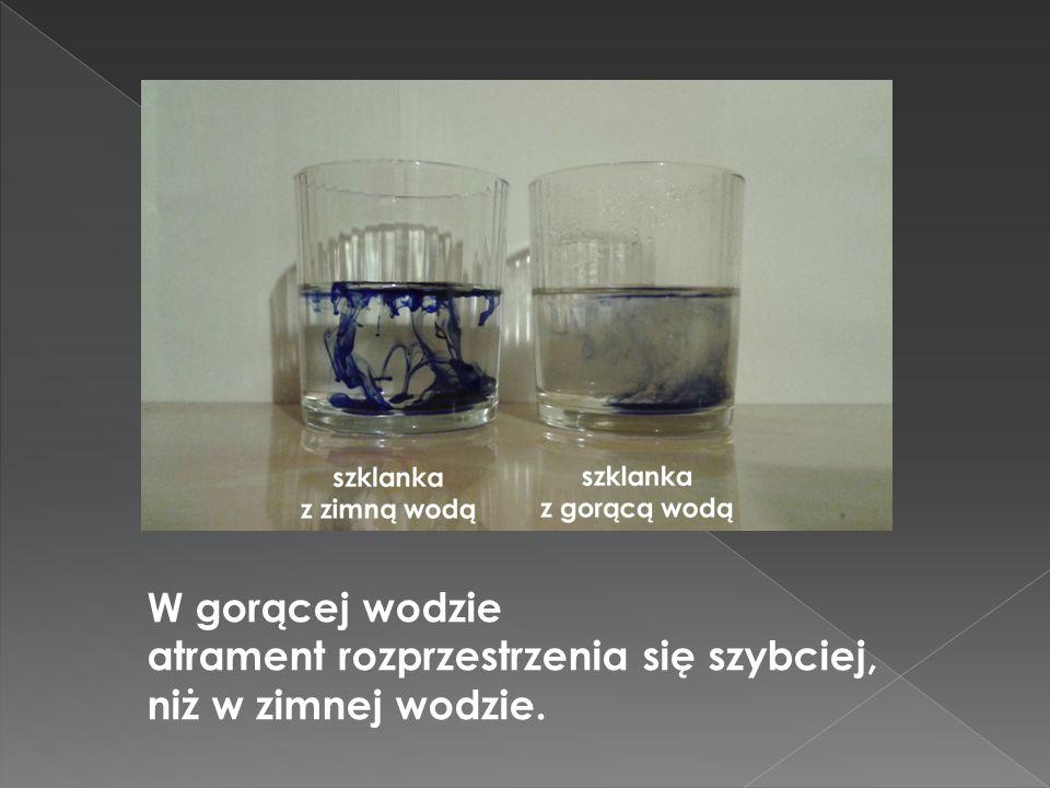 W gorącej wodzie atrament rozprzestrzenia się szybciej, niż w zimnej wodzie.
