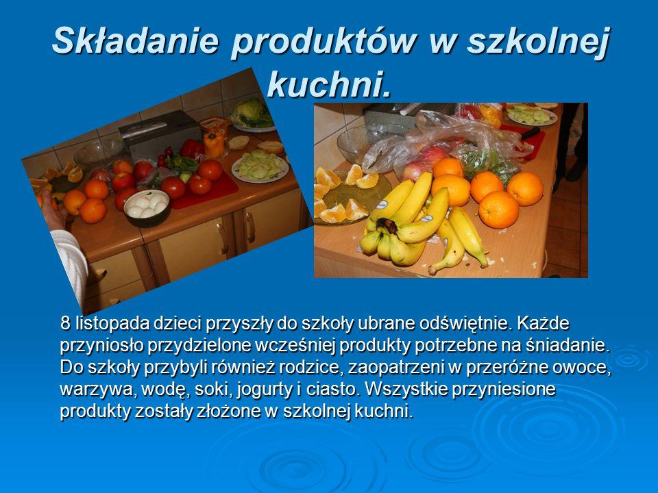 Składanie produktów w szkolnej kuchni. 8 listopada dzieci przyszły do szkoły ubrane odświętnie. Każde przyniosło przydzielone wcześniej produkty potrz