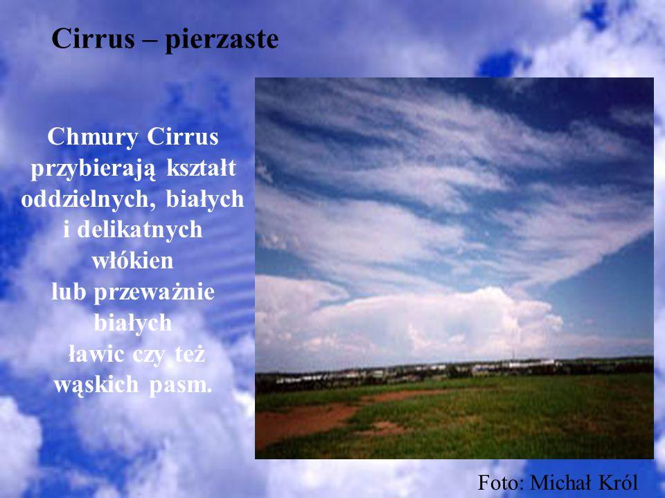 Cirrus – pierzaste Chmury Cirrus przybierają kształt oddzielnych, białych i delikatnych włókien lub przeważnie białych ławic czy też wąskich pasm. Fot
