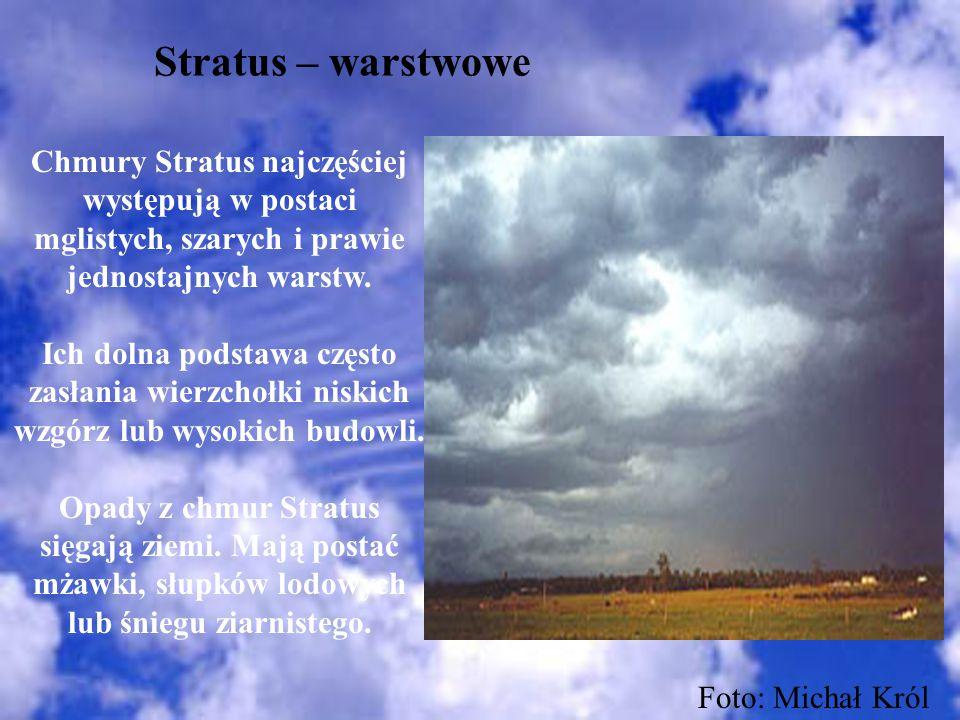Stratus – warstwowe Chmury Stratus najczęściej występują w postaci mglistych, szarych i prawie jednostajnych warstw. Ich dolna podstawa często zasłani