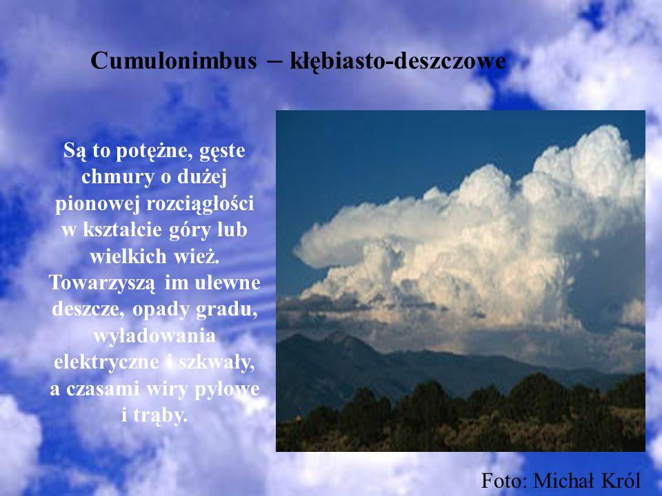 Cumulonimbus – kłębiasto-deszczowe Są to potężne, gęste chmury o dużej pionowej rozciągłości w kształcie góry lub wielkich wież. Towarzyszą im ulewne