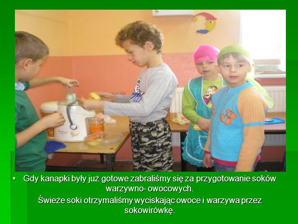  Gdy kanapki były już gotowe zabraliśmy się za przygotowanie soków warzywno- owocowych. Świeże soki otrzymaliśmy wyciskając owoce i warzywa przez sok