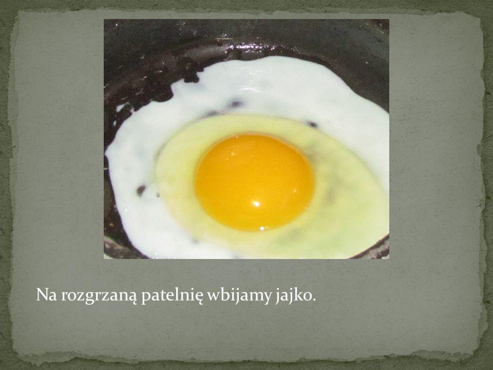 Na rozgrzaną patelnię wbijamy jajko.