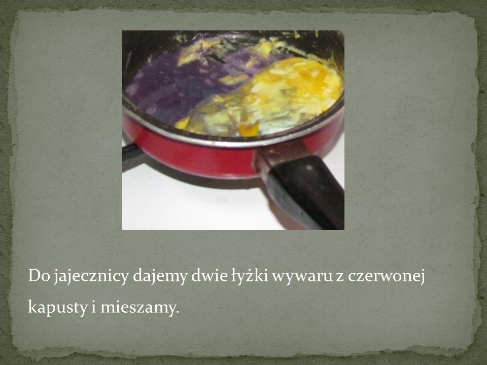 Do jajecznicy dajemy dwie łyżki wywaru z czerwonej kapusty i mieszamy.