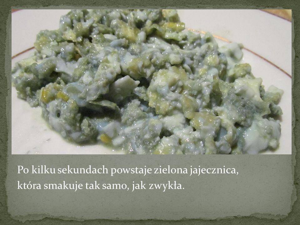 Po kilku sekundach powstaje zielona jajecznica, która smakuje tak samo, jak zwykła.