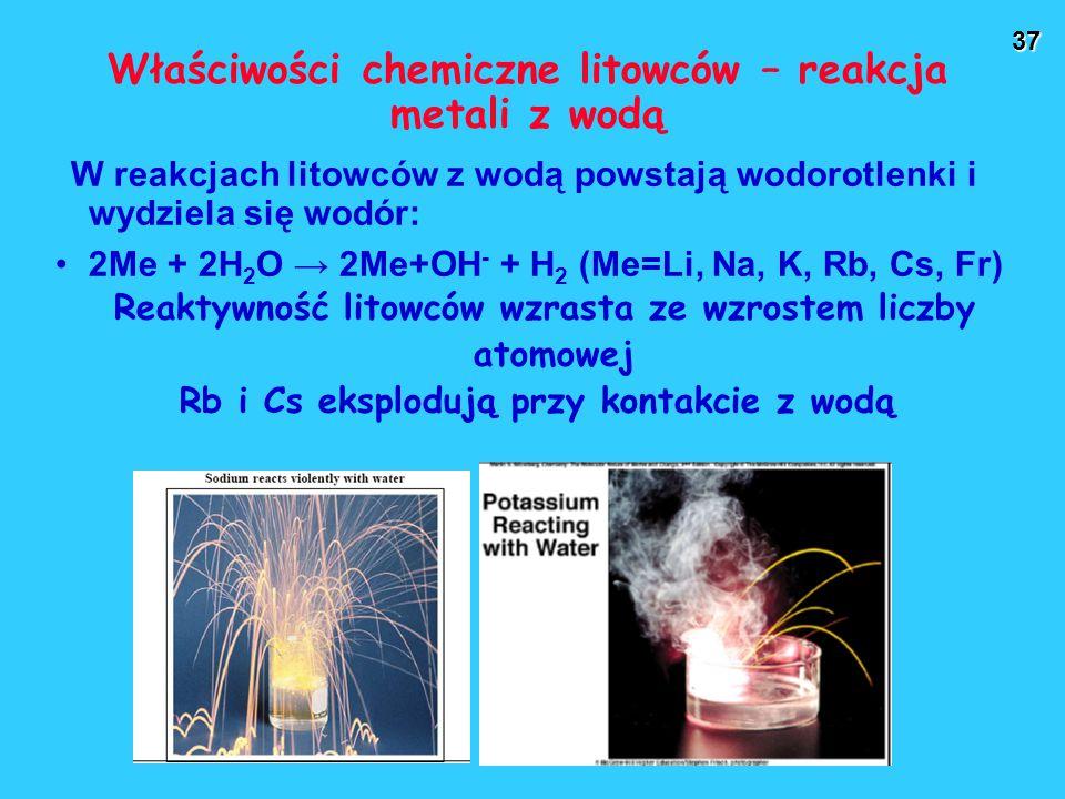 37 Właściwości chemiczne litowców – reakcja metali z wodą W reakcjach litowców z wodą powstają wodorotlenki i wydziela się wodór: 2Me + 2H 2 O → 2Me+OH - + H 2 (Me=Li, Na, K, Rb, Cs, Fr) Reaktywność litowców wzrasta ze wzrostem liczby atomowej Rb i Cs eksplodują przy kontakcie z wodą