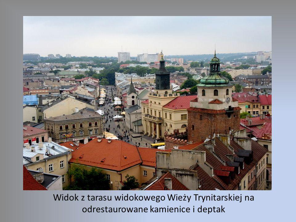 Widok z tarasu widokowego Wieży Trynitarskiej na odrestaurowane kamienice i deptak