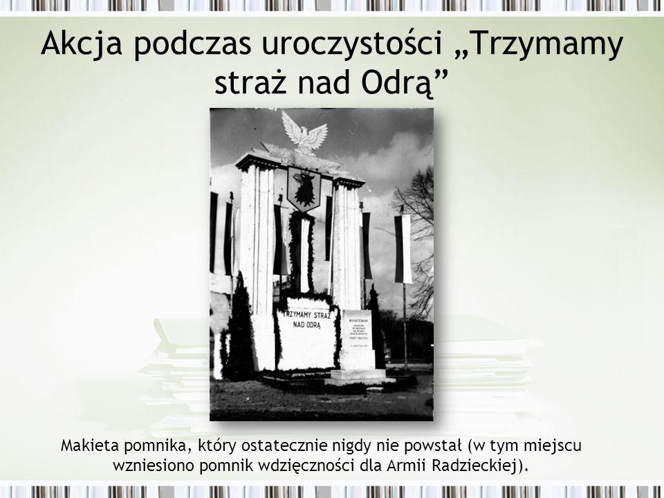 """Akcja podczas uroczystości """"Trzymamy straż nad Odrą Makieta pomnika, który ostatecznie nigdy nie powstał (w tym miejscu wzniesiono pomnik wdzięczności dla Armii Radzieckiej)."""
