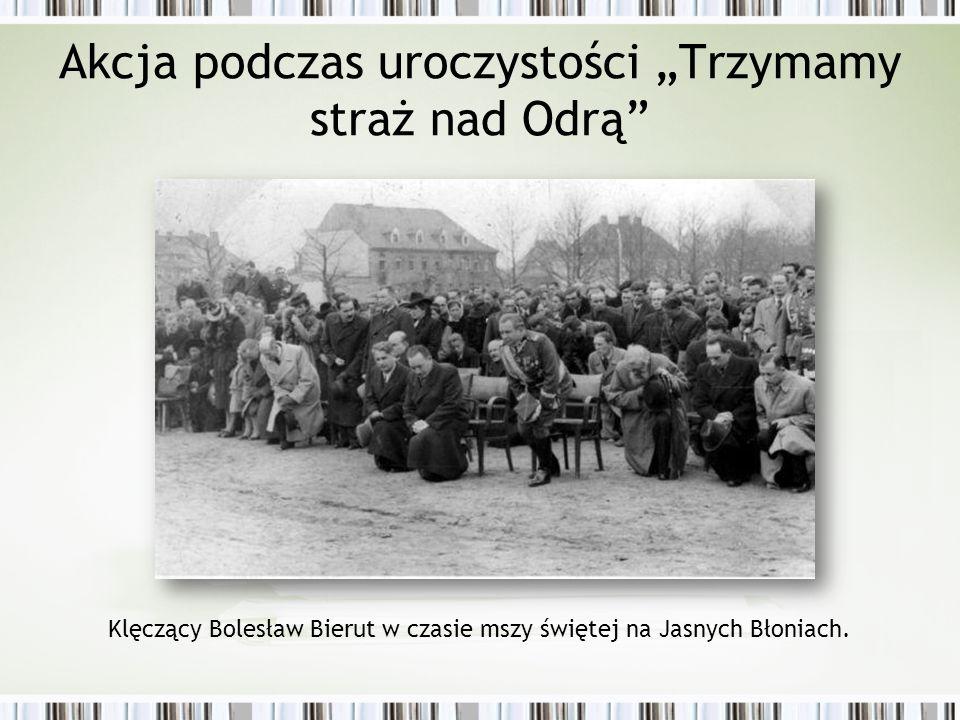"""Akcja podczas uroczystości """"Trzymamy straż nad Odrą Klęczący Bolesław Bierut w czasie mszy świętej na Jasnych Błoniach."""