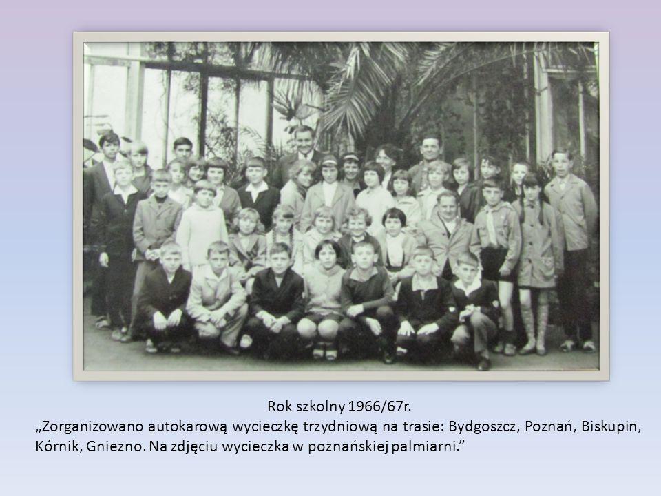 """Rok szkolny 1966/67r. """"Zorganizowano autokarową wycieczkę trzydniową na trasie: Bydgoszcz, Poznań, Biskupin, Kórnik, Gniezno. Na zdjęciu wycieczka w p"""