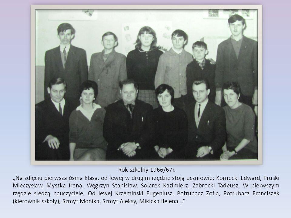 """Rok szkolny 1966/67r. """"Na zdjęciu pierwsza ósma klasa, od lewej w drugim rzędzie stoją uczniowie: Kornecki Edward, Pruski Mieczysław, Myszka Irena, Wę"""