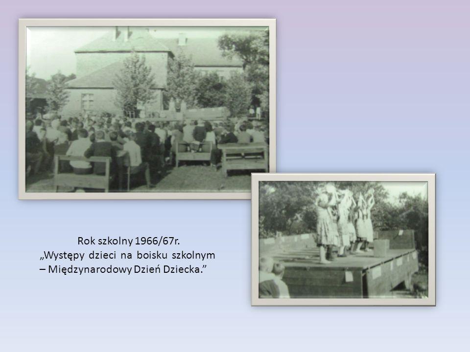 """Rok szkolny 1966/67r. """"Występy dzieci na boisku szkolnym – Międzynarodowy Dzień Dziecka."""""""