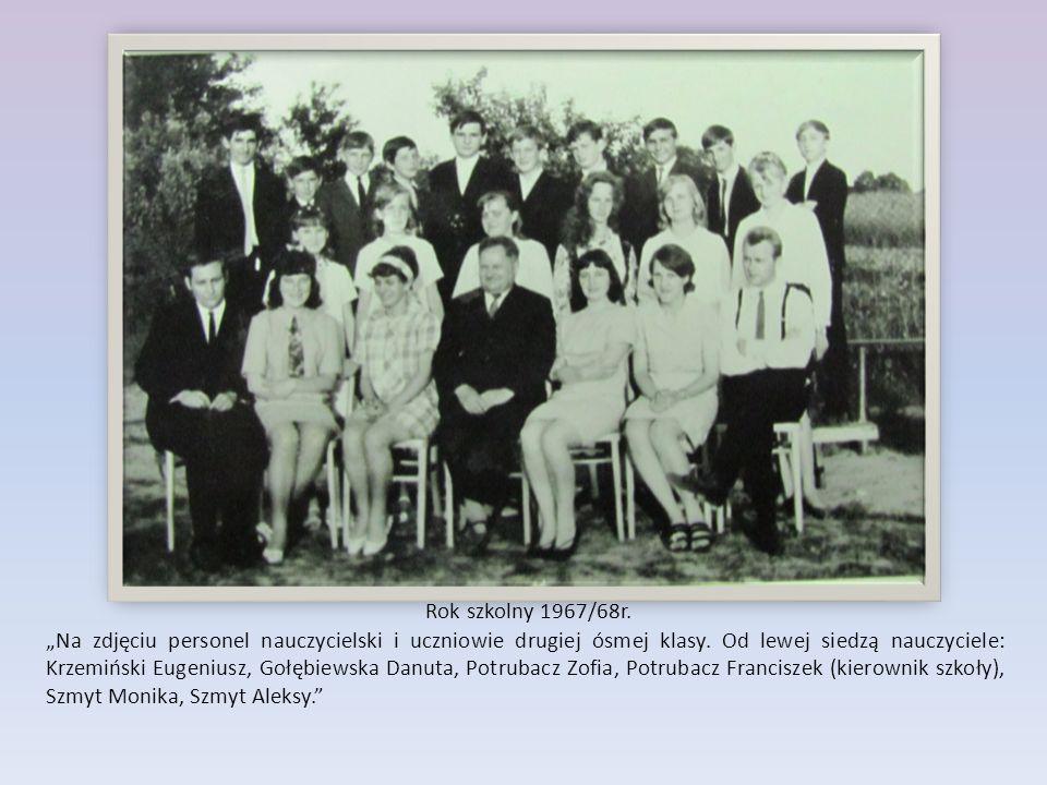 """Rok szkolny 1967/68r. """"Na zdjęciu personel nauczycielski i uczniowie drugiej ósmej klasy. Od lewej siedzą nauczyciele: Krzemiński Eugeniusz, Gołębiews"""