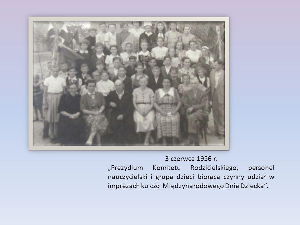 """3 czerwca 1956 r. """"Prezydium Komitetu Rodzicielskiego, personel nauczycielski i grupa dzieci biorąca czynny udział w imprezach ku czci Międzynarodoweg"""