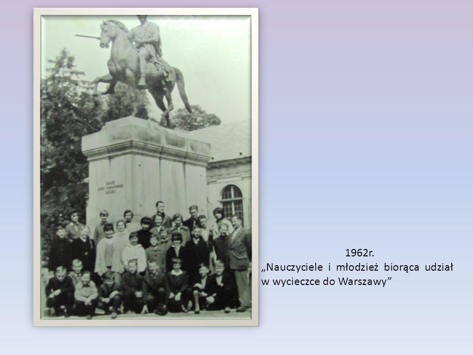 """1962r. """"Nauczyciele i młodzież biorąca udział w wycieczce do Warszawy"""""""