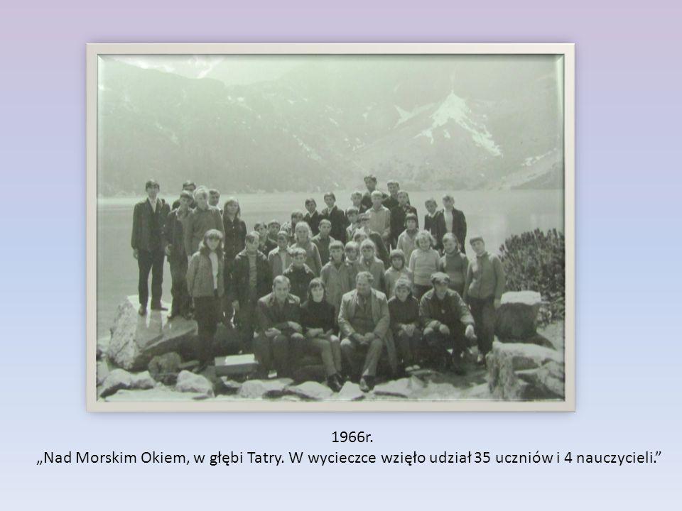 """1966r. """"Nad Morskim Okiem, w głębi Tatry. W wycieczce wzięło udział 35 uczniów i 4 nauczycieli."""""""